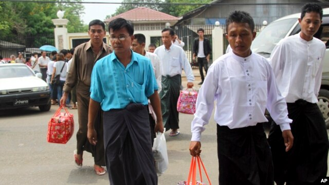 Burmese political prisoners who were released from Insein prison walk away from the facility, May 17, 2013 in Rangoon.
