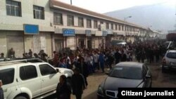 Hằng trăm và thậm chí hằng ngàn người Tây Tạng đã tuần hành tới các văn phòng chính phủ hôm thứ Sáu
