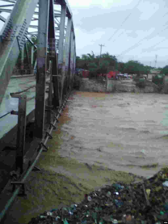 Así quedó el puente Croix-des-Missions cerca a Puerto Príncipe.
