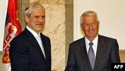 Predsednik Srbije Boris Tadić (levo) i generalni sekretar Saveta Evrope Torbjorn Jagland rukuju se tokom današnjeg susreta u Predsedništvu Srbije