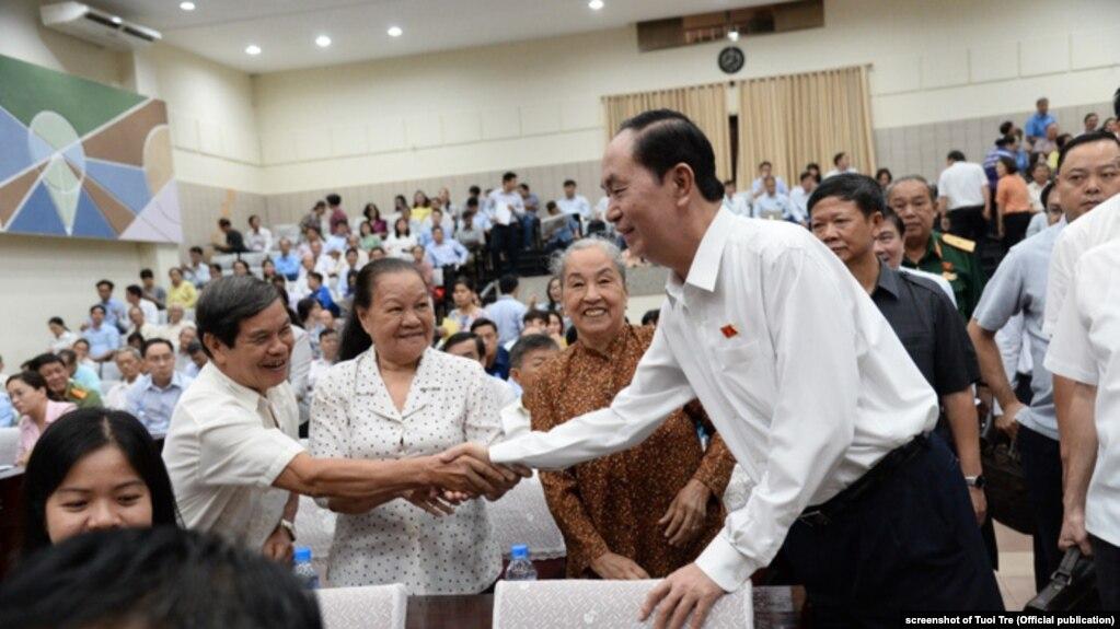 """Ông Trần Đại Quang, thời còn sống, """"đi thăm"""" cử tri ở thành phố Hồ Chí Minh, tháng Sáu, 2018."""