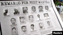 Amerika'nın en çok aranan teröristler listesi. Ebu Anas el Libi en aşağıda, soldan ikinci sırada bulunuyor.
