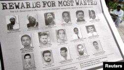 Объявление о награде за самых разыскиваемых в мире террористов. Фотография Абу Анаса аль-Либи в нижнем ряду вторая сдева (архивное фото)