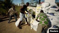 Vamwe vashandi pamwe nevezvematongerwo enyika vari kupomerwawo mhosva yekuba rubatsiro rweCyclone Idai.