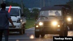 북한군이 서부전선 남쪽 경기도 연천군 남면 지역으로 로켓포로 추정되는 포탄 1발을 발사하고 한국군이 대응 사격을 한 20일 오후 경기도 연천군 중면사무소 인근에서 군인들이 이동하고 있다.