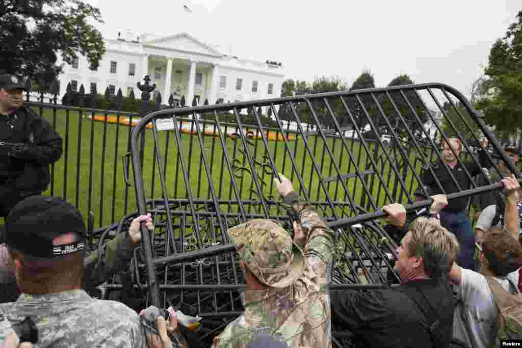 Protesters pile barricades in front of the White House in Washington, Oct. 13, 2013.