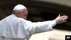 El papa Francisco sale de la audiencia general de los miércoles en la Plaza de San Pedro, en el Vaticano.