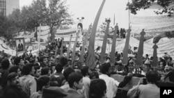 Simbolos religiosos acompañan la protesta frente a la embajada de EE.UU. en Teherán, donde estudiantes tomaron como rehenes a personal diplomático en 1979.