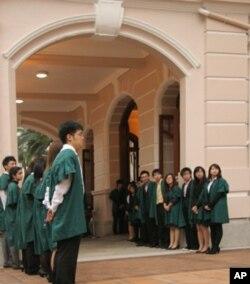 港大学生等待驻港部队来访