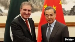Menlu Pakistan, Shah Mahmood Qureshi (kiri) bersama Menlu China, Wang Yi di Beijing, China. (Foto: dok).