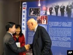 美国在台协会高雄处长康晟如(左)欢迎美方宾客