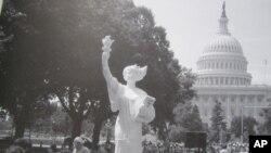 陳維明的二米高的民主女神像曾經在美國國會前展出。