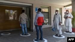 کراچی میں سماجی فاصلے کی پابندی کے لیے ایک بینک کے باہر لگائے گئے دائروں میں لوگ اپنی باری کا انتظاار کر رہے ہیں۔