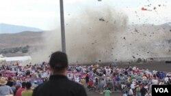 Pesawat tempur Mustang P-51 jatuh ke dekat tribun penonton dalam pameran dirgantara di kota Reno (16/9).