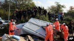 فرانسیسی کارکن پناہ گزیں کیمپ گرا رہے ہیں۔ 25 اکتوبر 2016
