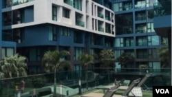 泰国芭提雅针对中国投资客销售的海景房,一室一厅一卫带阳台,售价约58万元人民币。(美国之音朱诺拍摄,2015年10月18日)