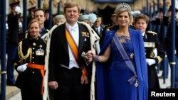 El rey Guillermo Alejandro y su esposa, la reina Máxima salen de la iglesia Nieuwe Kerk en Amsterdam.