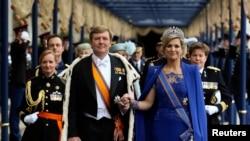 30일 네덜란드 암스테르담 신교회에서 열린 즉위식에서 빌럼-알렉산더르 새 국왕(왼쪽)과 막시마 소레기에타 왕비(오른쪽).
