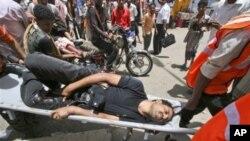 救护人员把负伤反政府抗议者送往医院途中