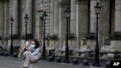 Turisti ispred zatvorenog Luvra u Parizu