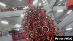 Pohon Natal dari Ban Bekas setinggi 5 meter lebih menyambut perayaan Natal di UK Petra Surabaya (foto VOA-Petrus Riski).