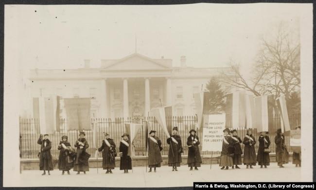 سفریجسٹ تحریک کی خواتین کا 1917 میں وائٹ ہاؤس کے باہر مظاہرہ۔