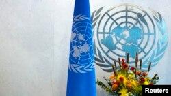 뉴욕 유엔 본부 회의장의 유엔 로고와 깃발. (자료사진)