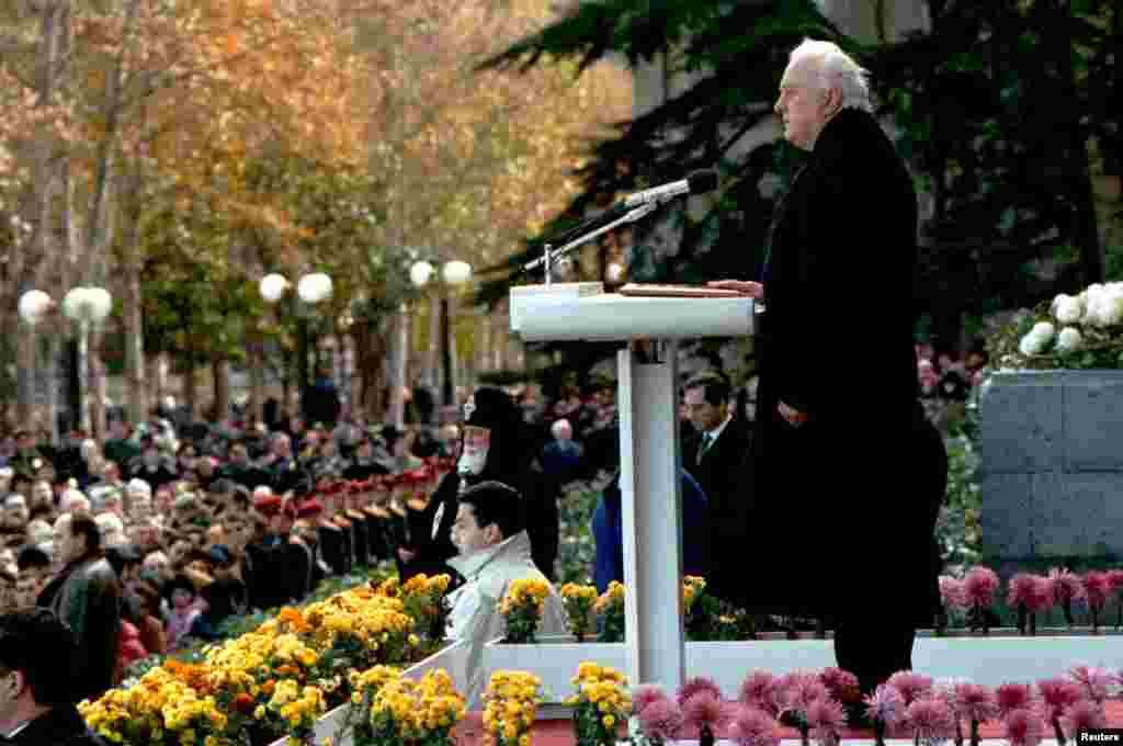 Georgian leader Eduard Shevardnadze is sworn in as Georgian president in Tbilisi, Nov. 26, 1995.