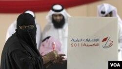 Seorang wanita menggunakan hak pilihnya di kota Hamand, Bahrain (24/9).