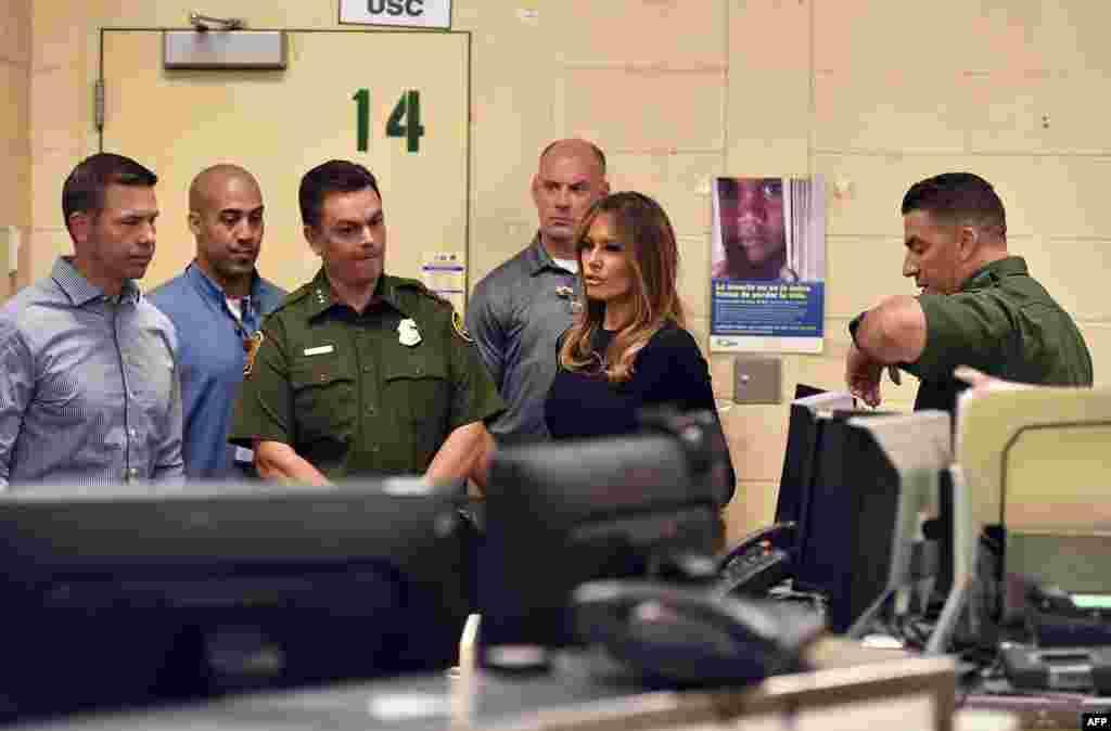 بازدید ملانیا ترامپ بانوی اول آمریکا از یک مرکز اداره گمرک و حفاظت مرزی ایالات متحده در شهر توسان ایالت آریزونا