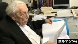 百歲議員伍爾夫(Lester Wolff)翻閱制定《台灣關係法》當時珍貴歷史文件(2019年,樊冬寧攝)