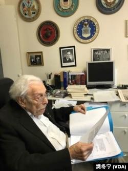 百岁议员沃尔夫(Lester Wolff)翻阅制定《台湾关系法》当时珍贵历史文件(乐彩网网站樊冬宁摄拍摄)