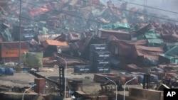 폭발로 처참하게 부서진 톈진 항 컨테이너 야적장