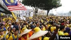 မေလးရွားႏုိင္ငံ ကြာလာလမ္ပူၿမိဳ႕မွာ ဒီမိုကေရစီေရးလႈပ္ရွားတဲ့ Bersih အဖြဲ႔ဦးေဆာင္မႈနဲ႔ စု႐ံုးဆႏၵျပေနသူမ်ား။ (ၾသဂုတ္ ၂၉၊ ၂၀၁၅)