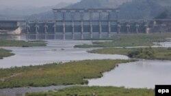 Đập Gunnam trên sông Imjin ngăn cách hai miền Triều Tiên tại Yeoncheon, Nam Triều Tiên. Bắc Triều Tiên sáng 6/7/2016 đã tháo nước từ đập Hwanggang tiếp giáp với miền Nam, gây lo sợ về nạn lụt tại khu vực dọc sông Imjin.