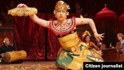 Di AS, Claire Hefner sering ikut pertunjukan kesenian Indonesia (foto/dok: Claire Hefner)