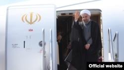 حسن روحانی رئیس جمهوری ایران در حال ترک تهران به مقصد نیویورک - مهر ۱۳۹۴