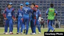 بازیکنان تیم ملی کرکت افغانستان که پس از خارج کردن بازیکن آیرلند دور هم جمع شده اند.