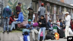 Un grupo de migrantes venezolanos espera servicios gratuitos ofrecidos en Bogotá, Colombia. Foto de archivo.