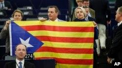 Бельгійські депутати Європейського парламенту з каталонським прапором