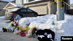 Hoa và thú nhồi bông trước căn nhà ở Edmonton, Alberta, nơi xảy ra vụ xả súng giết chết 8 người Việt,ngày 31/12/2014.