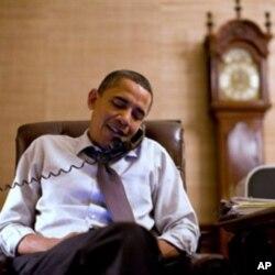 صدر اوباما جان بوئنر کو ٹیلی فون پر مبارک باد دیتے ہوئے