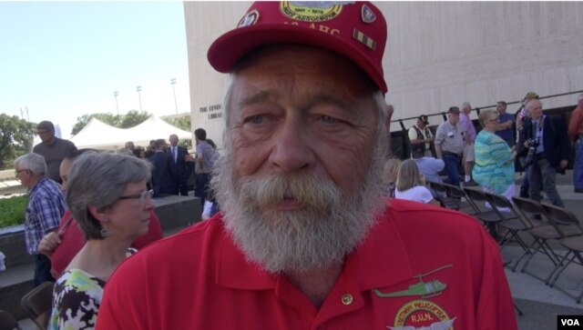 Ông Edward Zielinski, người từng lái máy bay trực thăng ở Việt Nam vào năm 1969 và 1970, cảm thấy tức giận vì sự có mặt của ông Kerry.