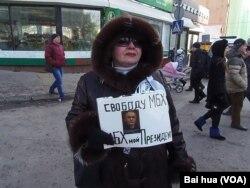 去年三月莫斯科的一次反政府抗议中,一名示威者呼吁释放霍多尔科夫斯基。(美国之音白桦拍摄)