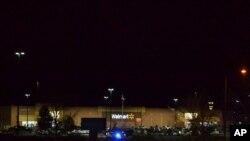 Nhiều người bị giết trong một vụ nổ súng bên trong cửa hàng Walmart/Colorado vào đêm thứ Tư 1/11.(AP Photo/P. Solomon Banda)