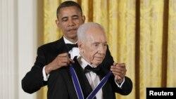 奥巴马总统在白宫授予以色列总统佩雷斯自由勋章