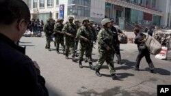 Pasukan paramiliter China melakukan patroli di Xinjiang, pasca serangan di wilayah etnis minoritas Uighur ini (foto: dok).