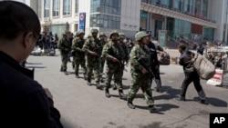 중국 신장 위구르 자치 지역에서 중국 경찰이 순찰을 돌고 있다. (자료사진)