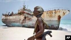 Pembajak Somalia melewati kapal nelayan.