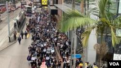 香港社福界罷工遊行參與人數遠超預計的200人,遊行人士一度佔據灣仔軒尼斯道一條行車線。(美國之音湯惠芸)